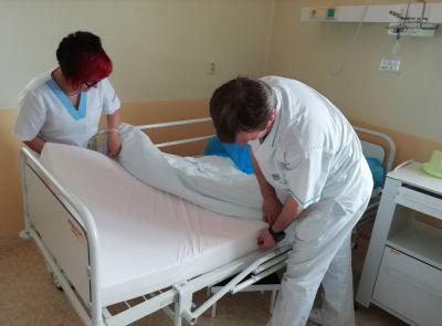 Pacienti Zlatomoraveckej nemocnice majú nové matrace proti preležaninám