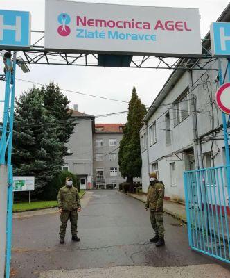Nemocnica AGEL Zlaté Moravce  posilnila triáž pri vstupe do nemocnice. Zdravotníkom pomáhajú aj príslušníci Armády SR