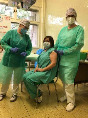 Nemocnica AGEL Zlaté Moravce včera začala s očkovaním svojich zdravotníkov proti koronavírusu covid-19. Prvými zaočkovanými boli zdravotníci v prvej línii, ostatní zdravotníci, ako aj nezdravotnícki pracovníci , ktorí prichádzajú do kontaktu s COVID pacientami  . Celkovo absolvovalo očkovanie 25 zamestnancov nemocnice