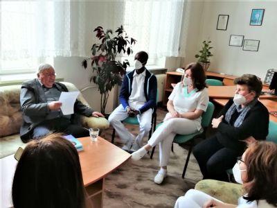Spisovateľ sa Nemocnici AGEL Zlaté Moravce za očkovanie poďakoval originálnym darčekom